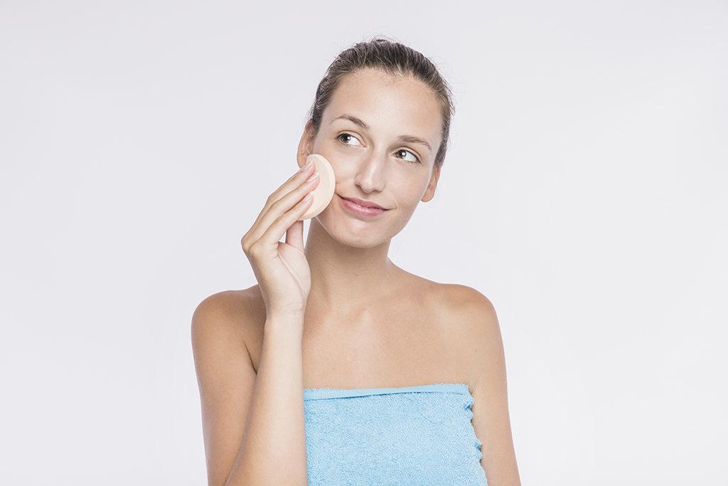 woman-applying-facial-sponge